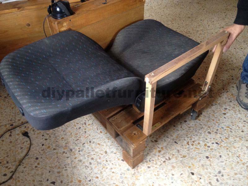 fauteuil pour le salon construit avec une palette et un siège de