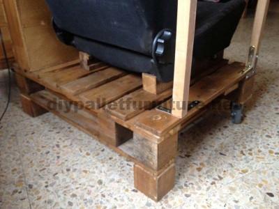 Fauteuil pour le salon construit avec une palette et un siège de voiture3