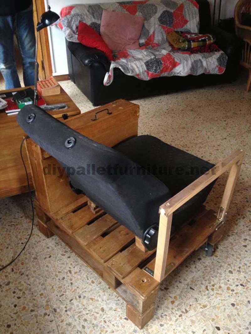 Fauteuil pour le salon construit avec une palette et un for Asientos para palets