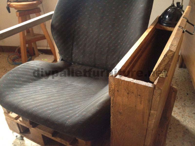 fauteuil pour le salon construit avec une palette et un si ge de voituremeuble en palette. Black Bedroom Furniture Sets. Home Design Ideas