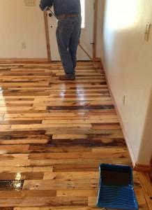 Instructions pour paver le sol de votre maison avec des planches de palettes4