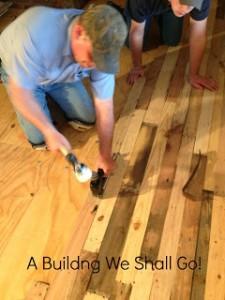 Instructions pour paver le sol de votre maison avec des planches de palettes5