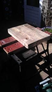 Instructions sur la façon de construire une table de chevet avec des palettes 10