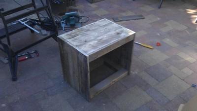 instructions sur la fa on de construire une table de chevet avec des palettes meuble en palette. Black Bedroom Furniture Sets. Home Design Ideas