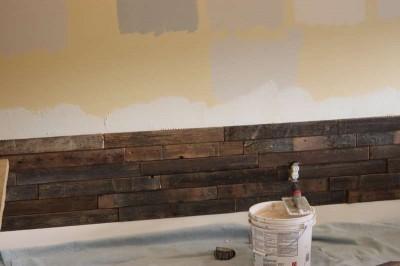 Instructions sur la façon de recouvrir le mur d'un salon à l'aide des palettes3
