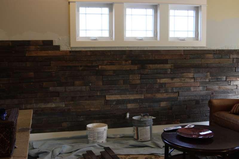 instructions sur la fa on de recouvrir le mur d un salon l aide des palettesmeuble en palette. Black Bedroom Furniture Sets. Home Design Ideas