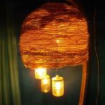 La structure de la lampe construit utilisant des planches de palettes