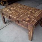 Table de salon fait avec de petits morceaux de bois
