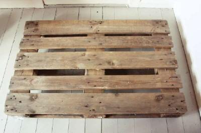 Un bureau vertical original construit avec 2 palettes