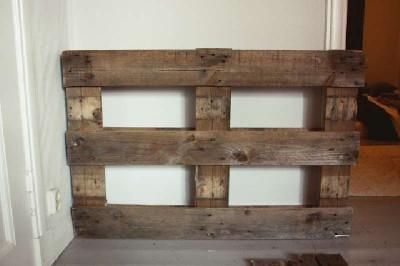 Un bureau vertical original construit avec 2 palettes2