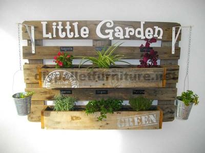 Un planteur de mur fait avec une palette et quelques tables1