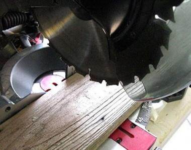 Construire une volet rustique pour votre toilette utilisant des planches de palettes 6