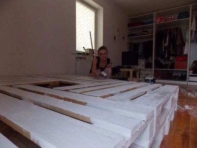 Grand lit construit avec 8 europalettes 2