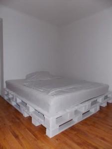 Grand lit construit avec 8 europalettes 4