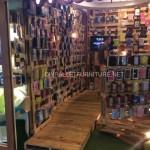 Magasin complètement meublé avec palettes en bois