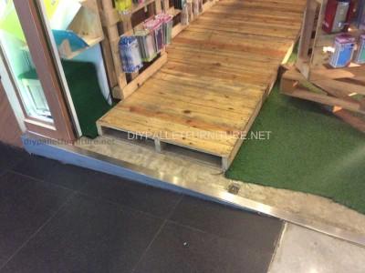 Magasin complètement meublé avec palettes en bois 2
