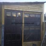 Atelier du menuisier et boîte construite avec des palettes