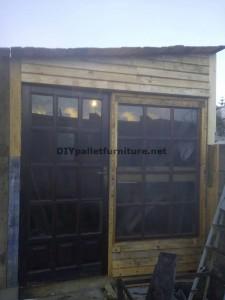 Atelier du menuisier et boîte construite avec des palettes 1