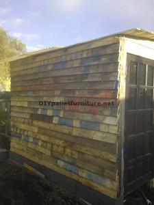 Atelier du menuisier et boîte construite avec des palettes 2