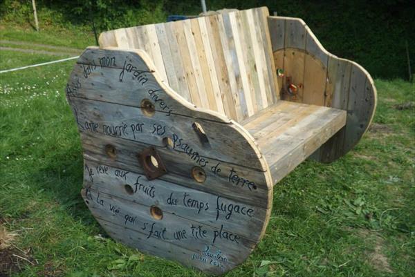 Banc construit avec une bobine en bois et plusieurs for Banc avec palette
