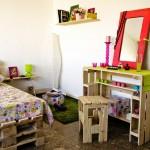 Chambre jeune entièrement meublée avec des palettes