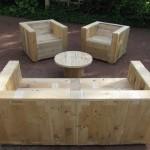 Ensemble de meubles de jardin construite avec des palettes et une bobine en bois