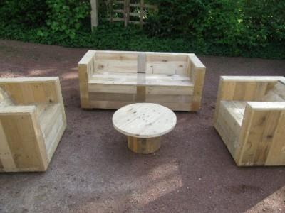 Ensemble de meubles de jardin construite avec des palettes et une bobine en bois 2