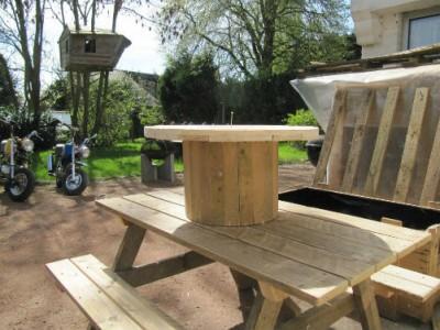 Ensemble de meubles de jardin construite avec des palettes et une bobine en bois 3