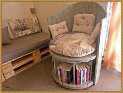 fauteuil construit en utilisant une bobine de c ble en bois et deux palettesmeuble en palette. Black Bedroom Furniture Sets. Home Design Ideas