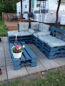 Jeu de table et chaise longue faite avec des palettes entières