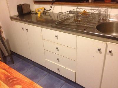 Meuble de cuisine rénovée avec des planches de palettes 2