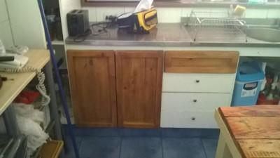 Meuble de cuisine rénovée avec des planches de palettes 3