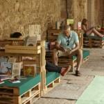 Monastère transformée en une bibliothèque temporaires grâce aux palettes