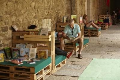 Monastère transformée en une bibliothèque temporaires grâce aux palettes 1