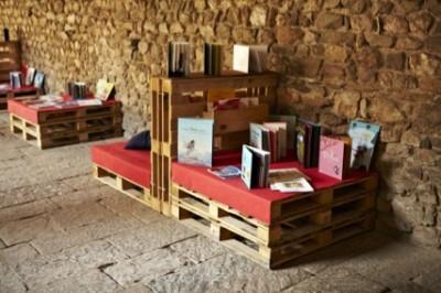 Monastère transformée en une bibliothèque temporaires grâce aux palettes 3