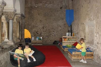 Monastère transformée en une bibliothèque temporaires grâce aux palettes 4