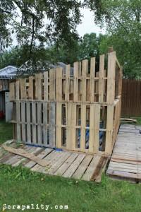 Projet de cabane de palettes Les murs de palettes 2