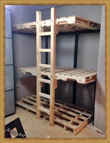 triple lits superpos s construit avec palettesmeuble en. Black Bedroom Furniture Sets. Home Design Ideas