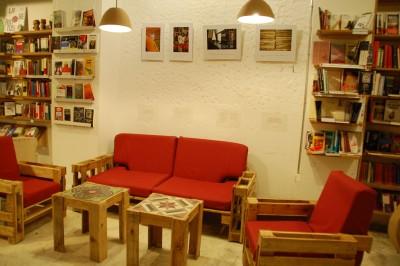 Ubik café, une librairie et un café meublé avec des objets recyclés 1