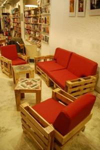Ubik café, une librairie et un café meublé avec des objets recyclés 2
