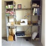 Étagères et un bureau fait de palettes, le tout dans une
