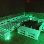 Chillout canapés en terrasse et une table avec éclairage LED construits avec des palettes