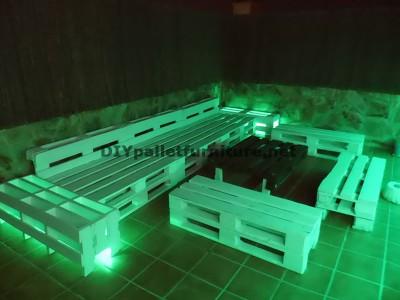 Chillout canapés en terrasse et une table avec éclairage LED construits avec des palettes 1