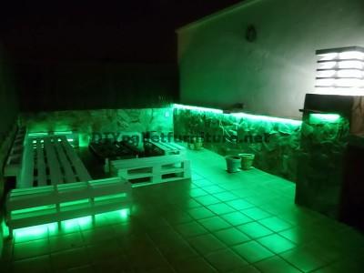 Chillout canapés en terrasse et une table avec éclairage LED construits avec des palettes 2