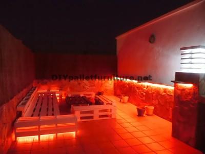 Chillout canapés en terrasse et une table avec éclairage LED construits avec des palettes 3