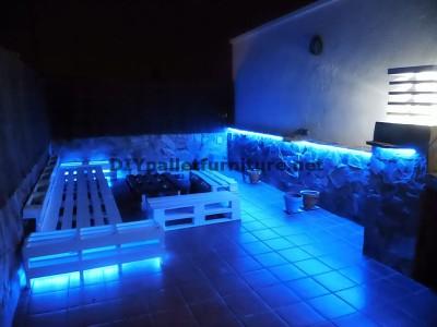 Chillout canapés en terrasse et une table avec éclairage LED construits avec des palettes 4