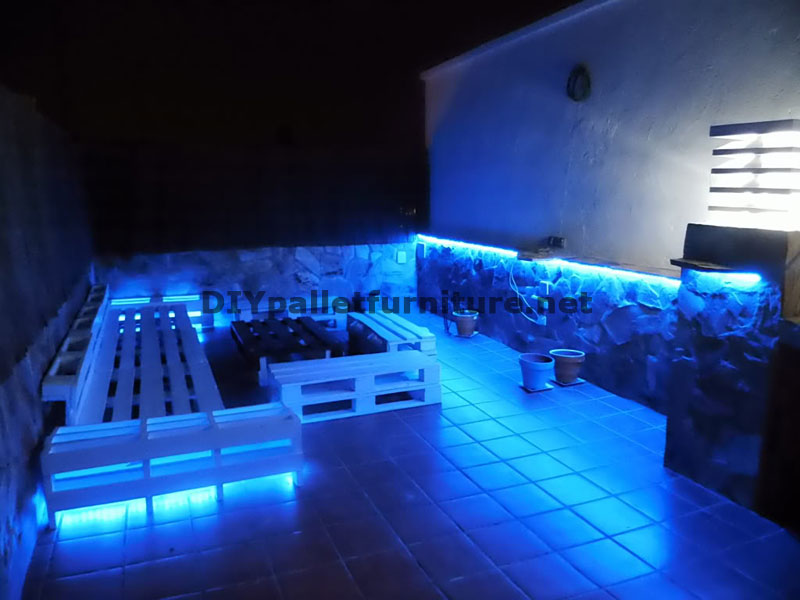 Chillout canap s en terrasse et une table avec clairage for Eclairage led terrasse