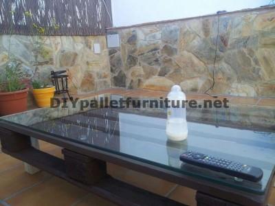 Chillout canapés en terrasse et une table avec éclairage LED construits avec des palettes 5