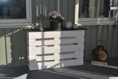 Comptoir ou une table haute avec deux palettes 1