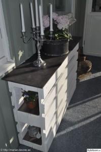 Comptoir ou une table haute avec deux palettes 4
